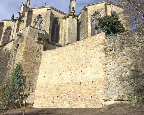 Socle rocheux au pied du chevet de la Cathédrale de Bazas